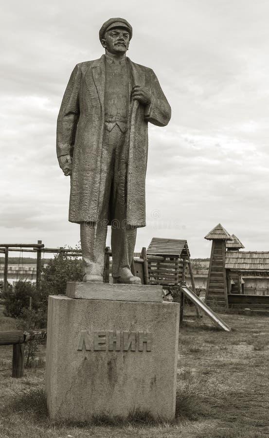 NIKOLAEV, Ucrânia - CIRKA 2013: A estátua de Vladimir Lenin - Ulyanov em um museu privado privado de monumen abandonados da Sovie fotos de stock royalty free