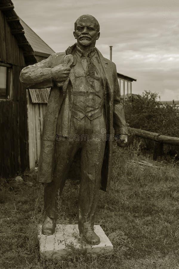 NIKOLAEV, Ucrânia - CIRKA 2013: A estátua de Vladimir Lenin - Ulyanov em um museu privado privado de monumen abandonados da Sovie fotografia de stock