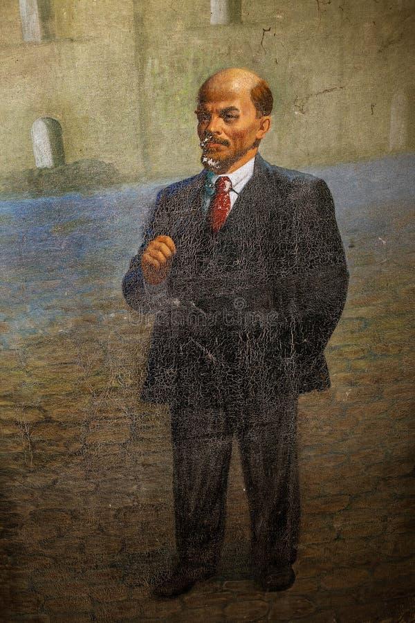 NIKOLAEV, Ucrânia - CIRKA 2013: A estátua de Vladimir Lenin - Ulyanov em um museu privado privado de monumen abandonados da Sovie imagens de stock