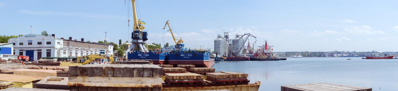 Nikolaev, Ucraina Vista del porto marittimo dal cantiere navale immagini stock
