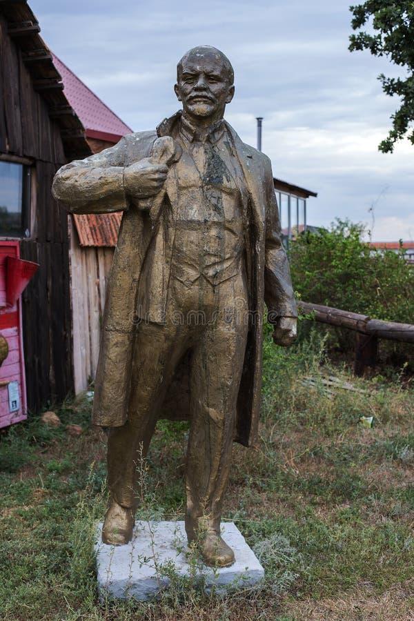 NIKOLAEV, Ukraina - CIRKA 2013: Statua Vladimir Lenin, Ulyanov w intymnym intymnym muzeum zaniechani er monumen - zdjęcie stock
