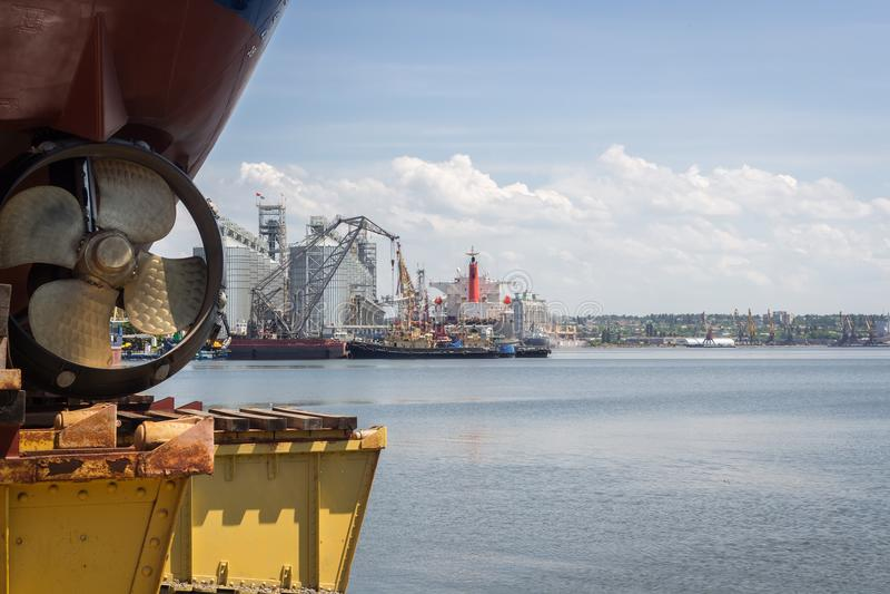 Nikolaev, Ukraine Ansicht des Seehafens von der Werft stockfotos