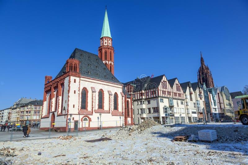 Nikolai Church célèbre à Francfort à l'endroit central de roemer photos libres de droits