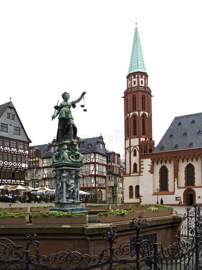 Nikolai Church e justiça velhos Fountain em Francoforte - am - cano principal foto de stock royalty free