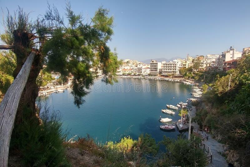 ??nikolaos 克利特,希腊 在湖和靠码头的游艇的看法 免版税库存图片