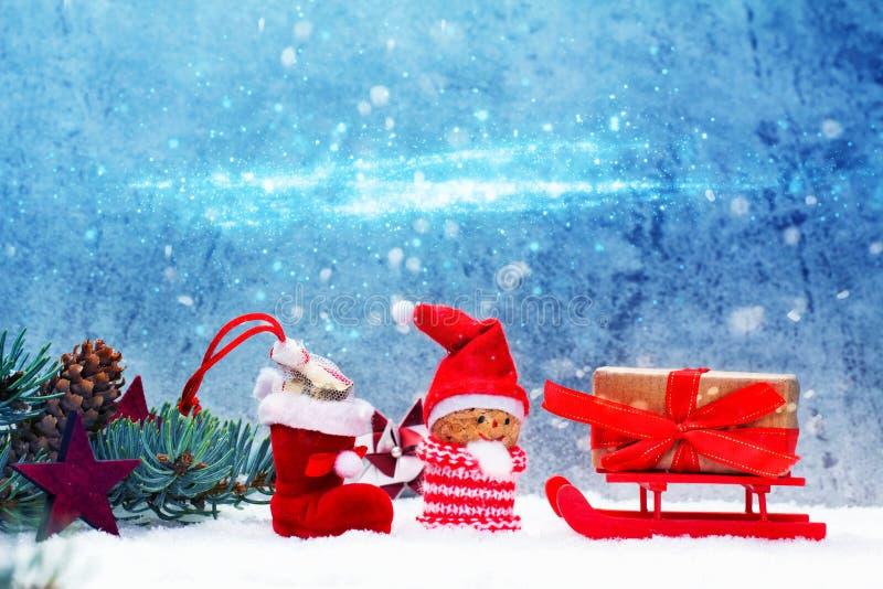 Nikolaus с санями, украшениями рождества в снеге стоковые изображения rf