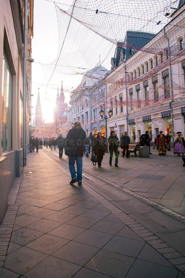 Nikolskaya som går gatan i centrum av Moskva arkivbilder
