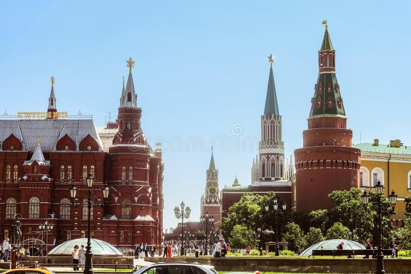 Nikolskaya, Spasskaya, torres de la esquina de Arsenalnaya y torres del museo histórico en Moscú el Kremlin en Plaza Roja foto de archivo libre de regalías