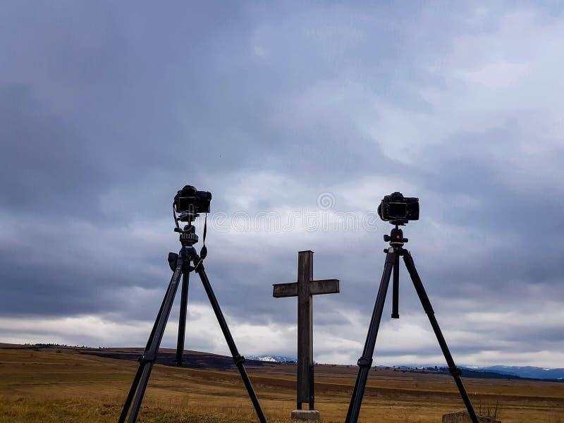 Nikon D800 en D300-camera's op Manfrotto-driepoten voor houten kruis royalty-vrije stock foto