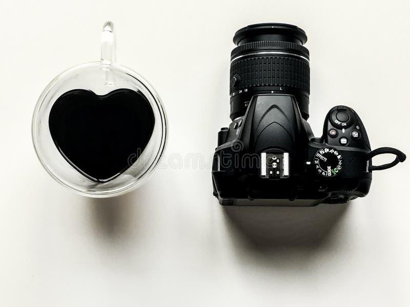 Nikon för hjärta för kaffekameraförälskelse royaltyfri fotografi