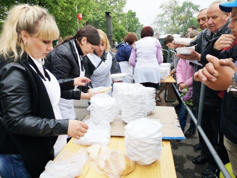 NIKOPOL UKRAINA, MAJ, -, 2019: dystrybucja jedzenie potrzebujący, dobroczynności wydarzenie zdjęcie stock