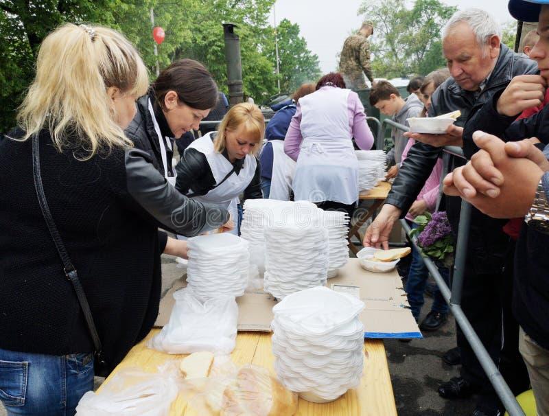 NIKOPOL UKRAINA, MAJ, -, 2019: dystrybucja jedzenie potrzebujący, dobroczynności wydarzenie zdjęcia stock