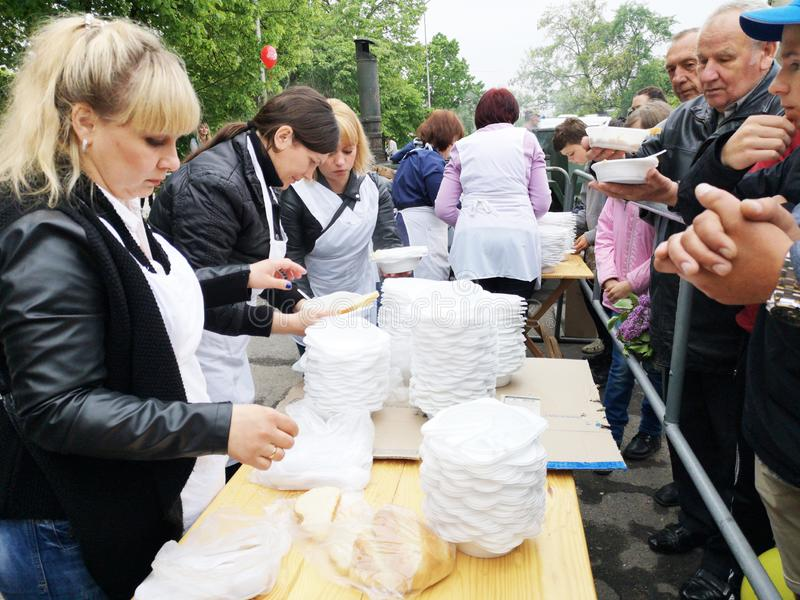 NIKOPOL UKRAINA - MAJ, 2019: fördelning av mat till det fattigt, välgörenhethändelse arkivfoto
