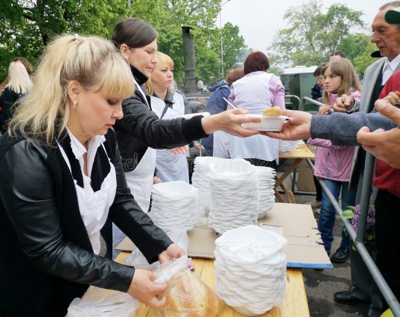 NIKOPOL UKRAINA - MAJ, 2019: fördelning av mat till det fattigt, välgörenhethändelse royaltyfri bild