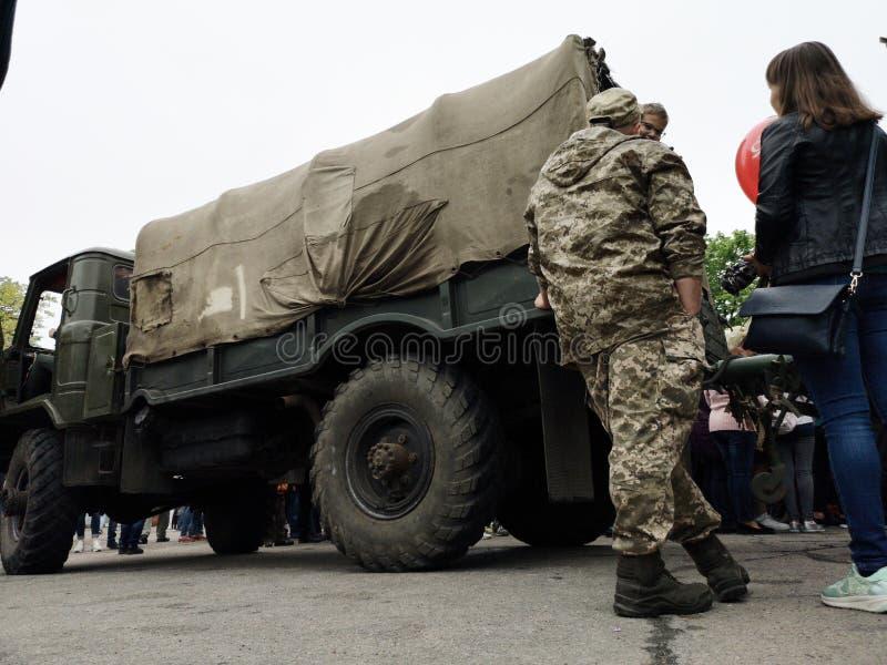 NIKOPOL, UKRAINE - MAI 2019: Ukrainisches Milit?r ist ?ber einen Armee-LKW lizenzfreie stockfotos
