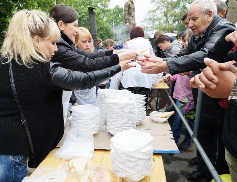 NIKOPOL, UKRAINE - MAI 2019: Verteilung der Nahrung zum bedürftigen, Nächstenliebeereignis stockbilder