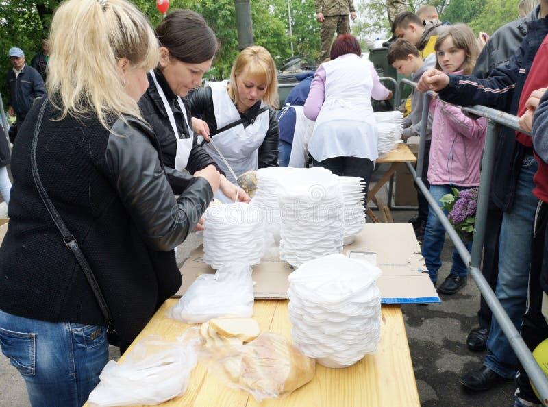 NIKOPOL, UKRAINE - MAI 2019: Verteilung der Nahrung zum bedürftigen, Nächstenliebeereignis stockfotos