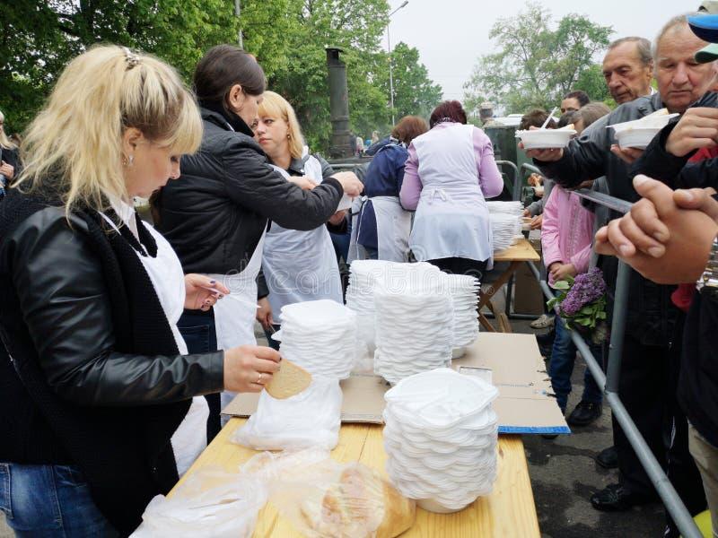 NIKOPOL, UKRAINE - MAI 2019: Verteilung der Nahrung zum bedürftigen, Nächstenliebeereignis stockfotografie