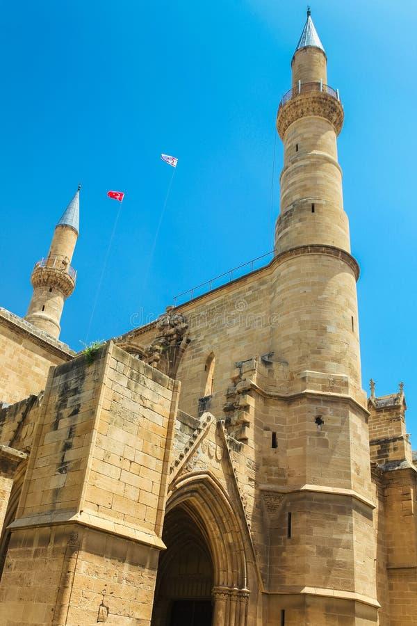 NIKOSIA, NORD-ZYPERN - 30. MAI 2014: Ansicht über die Selimiye-Moschee ex St. Sophia Cathedral und Flaggen von der Türkei stockbilder