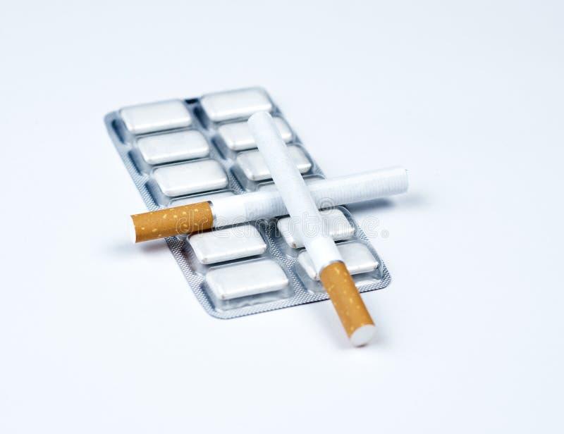 Nikotingummi und -tabak. stockfotografie