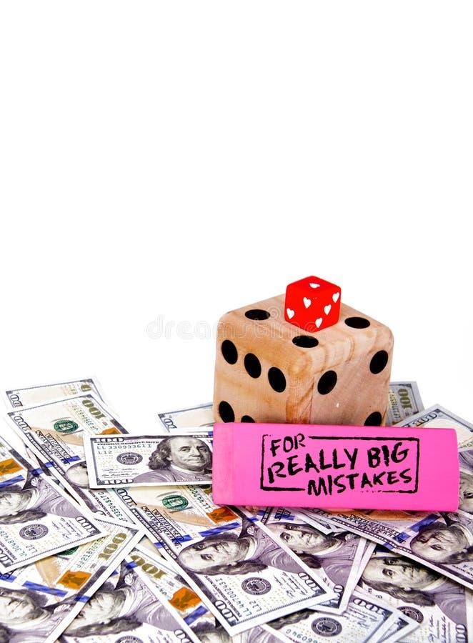 Nikt kocha robić pieniężnym błędom i uprawiać hazard z mylną informacją Kostka do gry nad rozrzuconym pieniądze zdjęcia royalty free