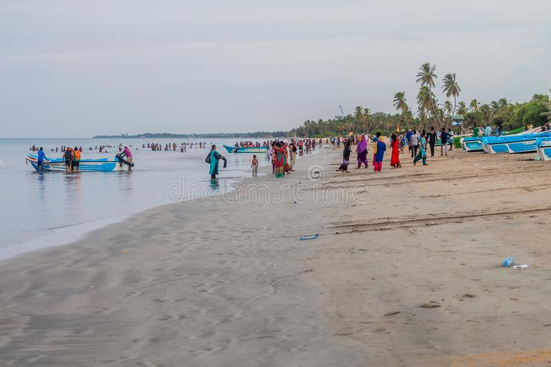 NILAVELI, SRI LANKA LIPIEC 24, 2016: - Lokalni ludzie cieszą się plażę w Nilaveli blisko Trincomale fotografia stock