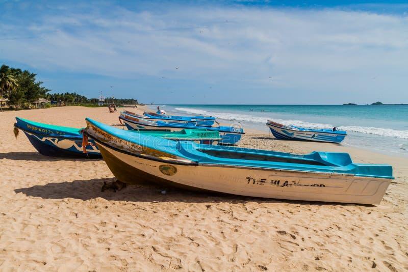 NILAVELI SRI LANKA, LIPIEC, - 25, 2016: Motorowe łodzie na plaży w Nilaveli blisko Trincomalee, Sri Lan obrazy stock
