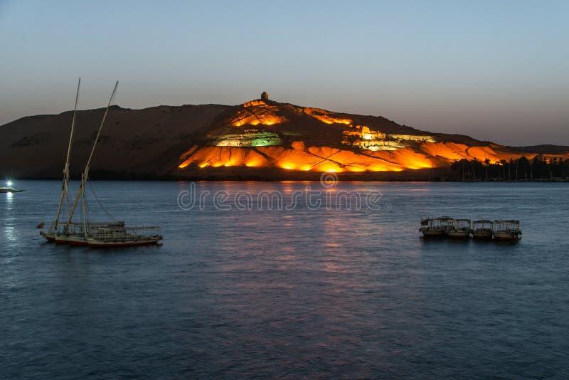 """Nile Aswan et la Cisjordanie avec le vieil EL-Hawa de Qubbet de royaume de tombes - """"dôme des vents à la crête de la colline photographie stock"""