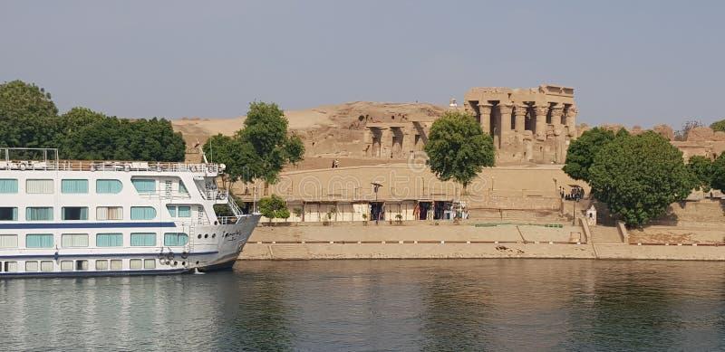 Nile Cruise Boat Next zum Tempel in Ägypten stockfoto