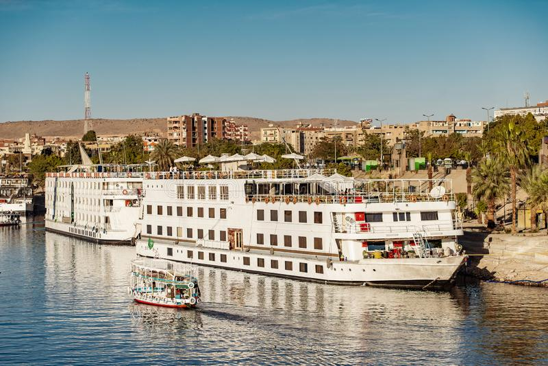 Nile River Cruise Ship in Luxor Egypte royalty-vrije stock foto's