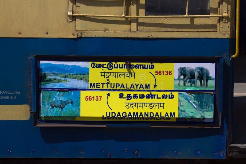 Nilgiri山铁路 蓝色培训 联合国科教文组织遗产 狭窄测量仪 标志表明Mettupalayam对Udagamandalam 库存图片