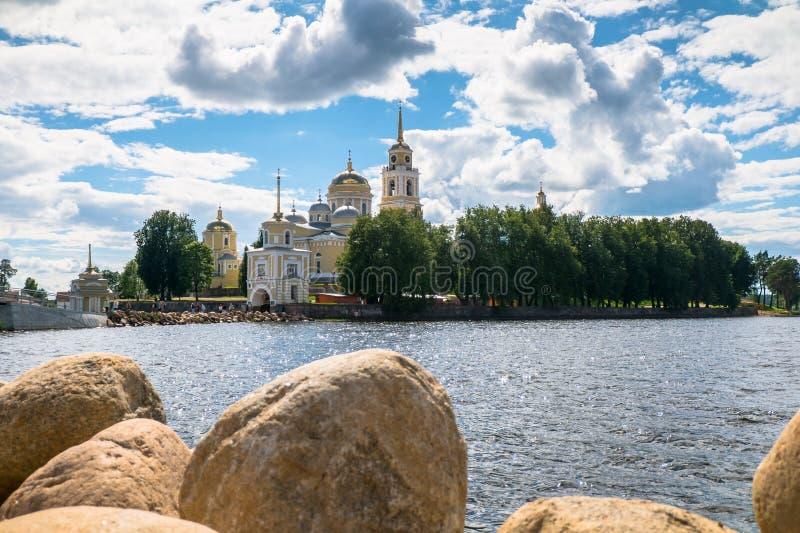 Nilov kloster på den Stolobny ön, Tver region Sikt från halvön Svetlitsa arkivfoton