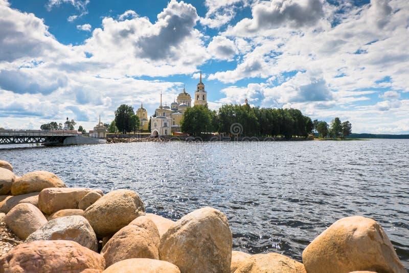 Nilov kloster på den Stolobny ön, Tver region Sikt från halvön Svetlitsa royaltyfri foto