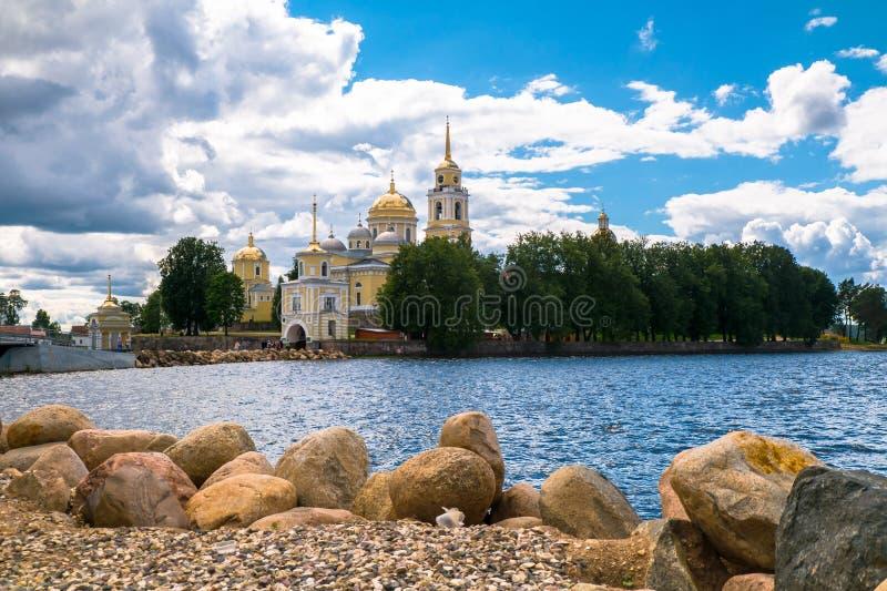 Nilov kloster på den Stolobny ön, Tver region Sikt från halvön Svetlitsa royaltyfri bild