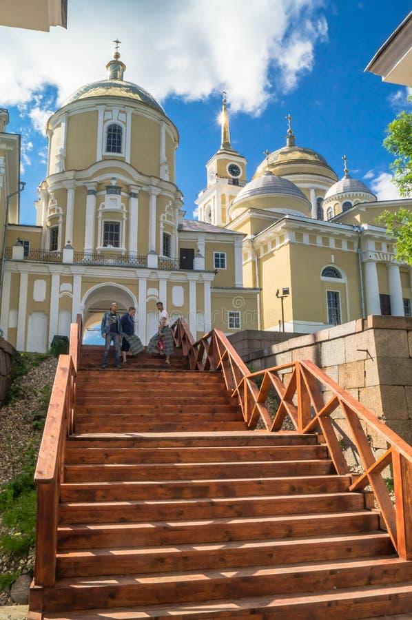 Nilov kloster på den Stolobny ön, Tver region Sikt från hamnplatsen för ärkebiskop` s arkivbilder