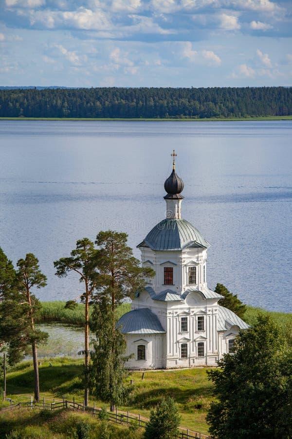 Nilova Pustyn/Rusland - Juli 17, 2012: Witte steenkerk in de nulwoestijn bij Meer Seliger stock afbeeldingen