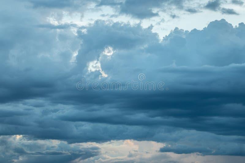 Nimbus или дождевые облако формируя в небе стоковое фото rf