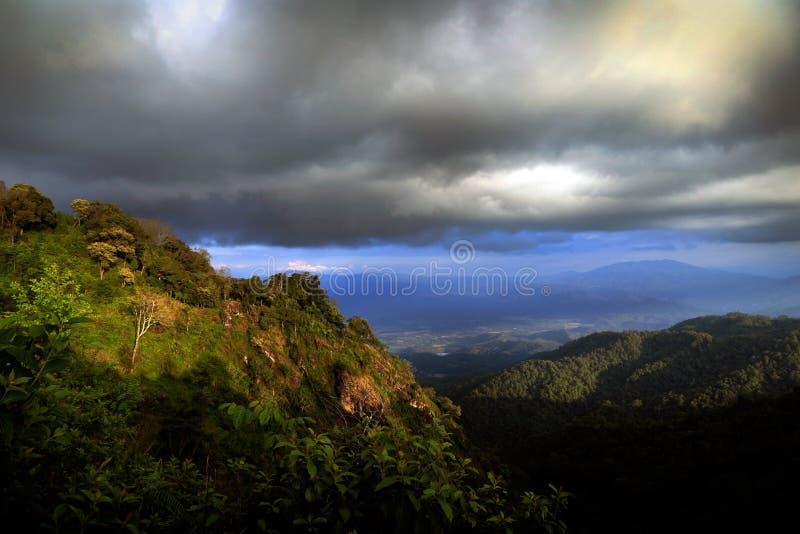 Nimbus di stupore con pioggia sopra la montagna della foresta pluviale, Chiang Mai, T fotografia stock