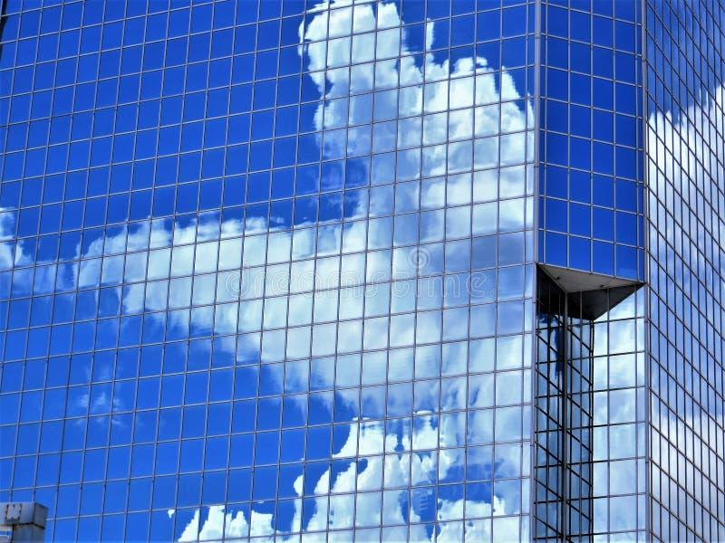 Nimbus moln reflekterade i stadkontorsbyggnad, Tampa fotografering för bildbyråer