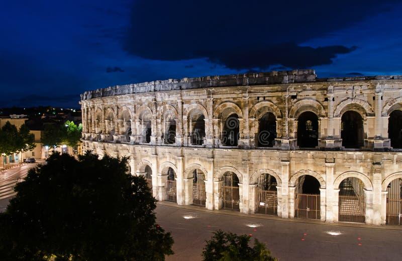 Nimes-Arena an der blauen Stunde lizenzfreie stockbilder