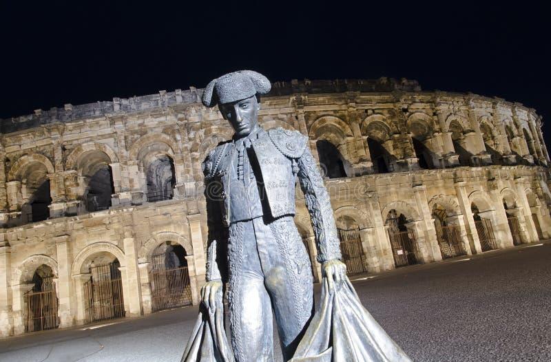 Nimes arena på natten arkivfoton