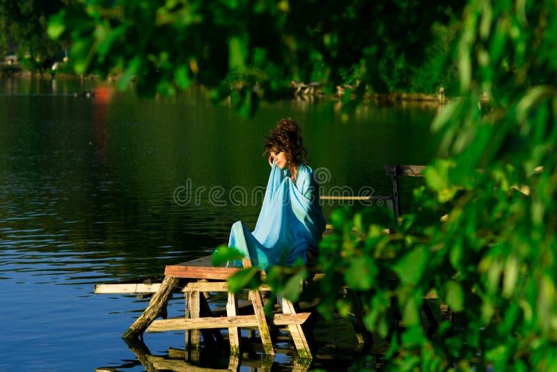 Nimf vicino all'acqua che si trova sul sole fotografia stock