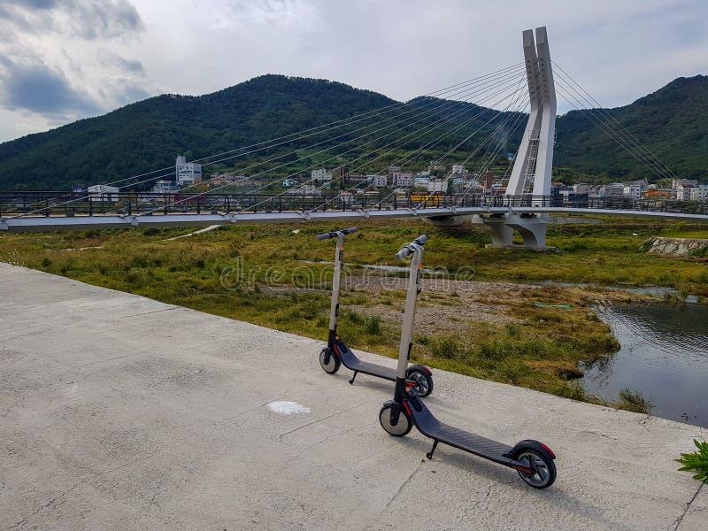 Ninebot vid Segway ES2 Kickscooter parkerar nära upphängningbron i Gohyeon-dong arkivbilder