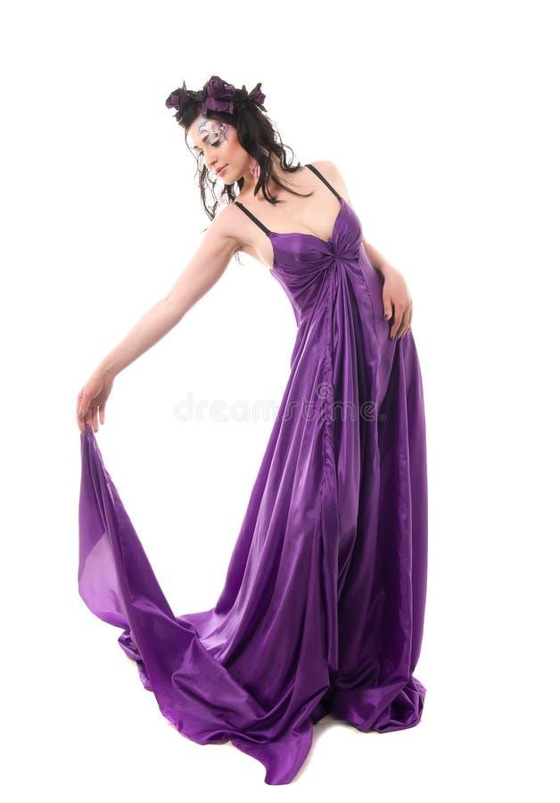 Ninfa da menina, no vestido de seda, grinalda das flores fotos de stock