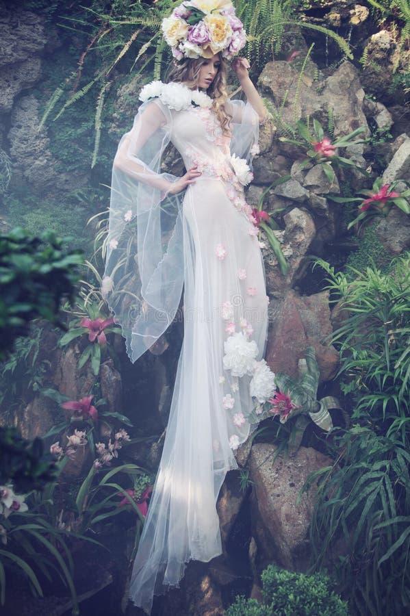 Ninfa loura delicada vestida no vestido brilhante foto de stock