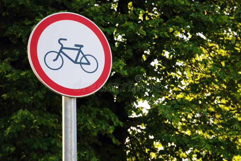 Ningún ciclo firma en el parque en fondo verde del árbol fotografía de archivo libre de regalías