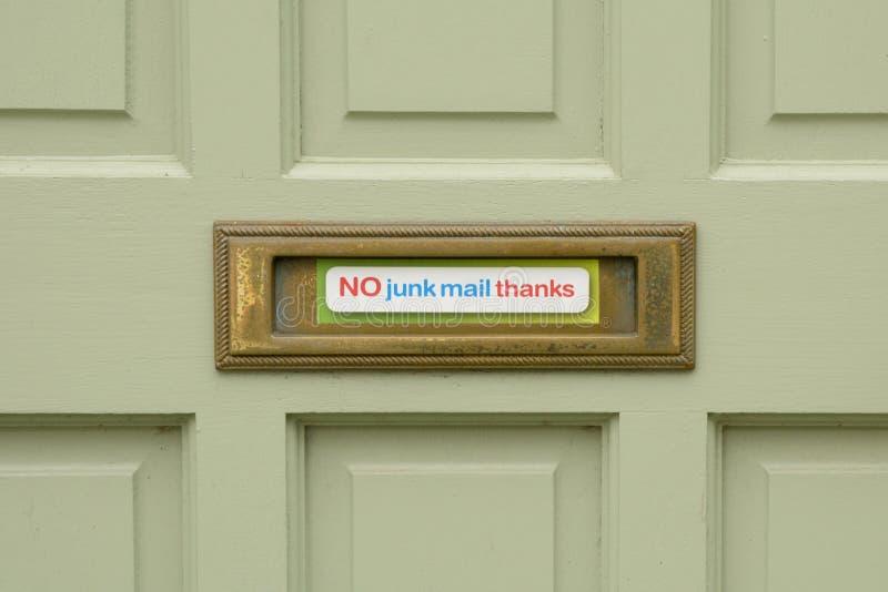 Ningún correo basura agradece la muestra pegada a la caja de letra en la puerta de la casa imagen de archivo libre de regalías
