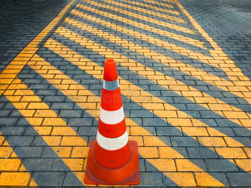 Ningún tráfico este negro de la manera y señal de peligro amarilla con un cono del tráfico fotografía de archivo