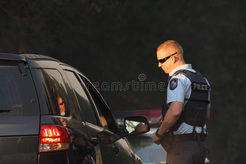 NINGI, AUSTRALIA - 9 DE NOVIEMBRE: Tráfico de dirección no identificado de la policía lejos del frente del fuego del arbusto como  fotografía de archivo libre de regalías