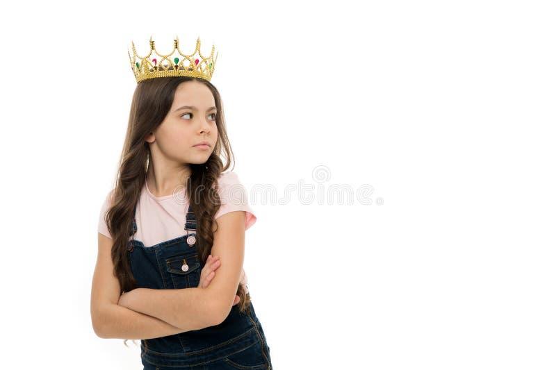 Ninguém é igual a mim Pride Concept A crian?a veste a princesa dourada do s?mbolo da coroa Cada menina que sonha a princesa torna fotos de stock